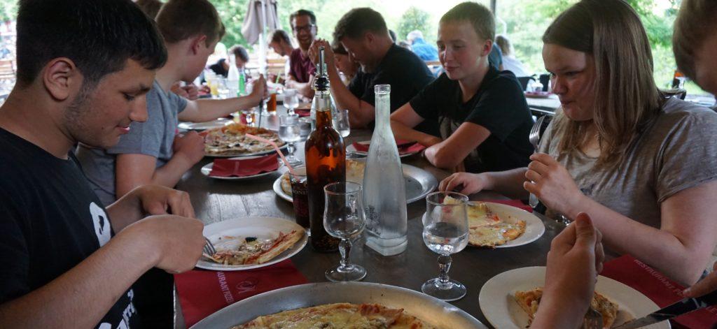 Jugendliche essen Pizza im Reataurant le C4 in Südfrankreich