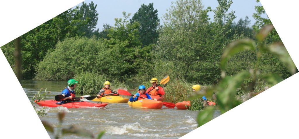 Kajakgruppe bei Hochwasser auf der Lippe 2019 bei Paderborn.