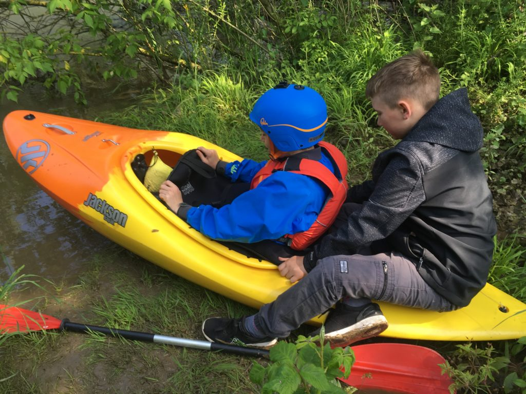 Jugendliche steigen ins Kajak bei Sande  - Hochwasser auf der Lippe 2019